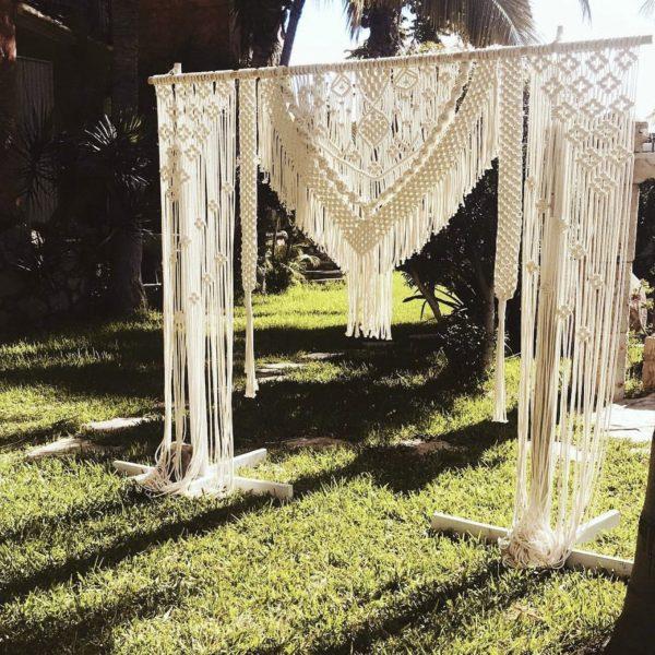 Macrame wedding background MW01 dài hai bên, ở giữa có đuôi nhọn thích hợp những đám cưới Đà Nẵng
